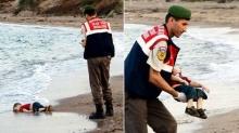 Soldado turco recolhe o corpo do menino Aylan. Fonte: AP.