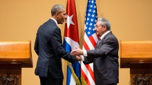 Os presidentes Obama e Raúl Castro cumprimentam-se após conferência de imprensa. Fotógrafo Chuck Kennedy. Fonte: commons.wikimedia.org