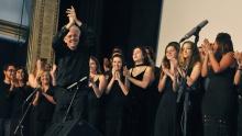 Integrantes do Coral e o maestro Geraldo Leão no palco do Cine Odeon. Fotógrafa Fernanda Maia. Acervo Comunicar.