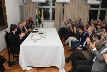Na mesa, o Pe. Álvaro S.J., o Reitor Pe. Josafá S.J. e o ex-Vice-Reitor Pe. Ivern S.J. Fotógrafo Antônio Albuquerque.
