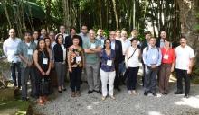 Participantes do evento com o Reitor Pe. Josafá S.J., próximo ao anfiteatro Junito Brandão. Fotógrafo Antônio Albuquerque.
