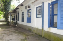 Lateral da casa XXI, onde está a entrada para o Laboratório de Tecnologia Mineral. Fotógrafo Antônio Albuquerque. Acervo do Núcleo de Memória.