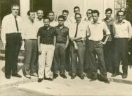 O professor Alberto Coimbra, ao centro de gravata, com alunos e professores da primeira turma de pós-graduação em Engenharia Química da Coppe. 05/1963. Fotógrafo desconhecido. Acervo Coppe/UFRJ.