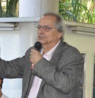 O Prof. Fernando Mac Dowell em debate nos pilotis da Ala Kennedy. 2011. Fotógrafo Antônio Albuquerque.
