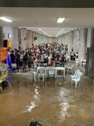 Pessoas aguardam nos pilotis do Edifício Cardeal Leme, em torno de 21:00h. Foto: Eduardo Gonçalves.
