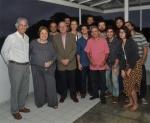 O Reitor, Pe. Josafá S.J., o Vice-Reitor Acadêmico, Prof. Bergmann, a Coordenadora Acadêmica do Núcleo, Profa. Margarida de Souza Neves, a equipe atual e alguns ex-bolsistas do Núcleo de Memória.