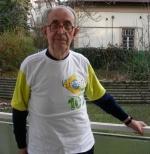 Padre Benkö com camisa da torcida brasileira, na casa jesuítica onde mora, em Budapeste.