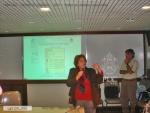 A Profa. Margarida de Souza Neves apresenta o site. Logo atrás, o Prof. Bergmann.