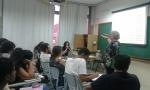 A profa. Margarida de Souza Neves durante a palestra.