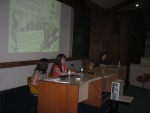 Juliana Cordeiro de Farias, Anna Koscheck e a Profa. Margarida de Souza Neves durante a apresentação oral, no Auditório do RDC.