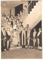 Colação de grau da escola de Sociologia e Política. O Prof. Neiva está na primeira fila, bem ao centro, de óculos. 1961. Fotógrafo desconhecido. Acervo Núcleo de Memória da PUC-Rio.