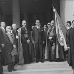 O Cardeal Montini ao lado do presidente Juscelino e do reitor Pe. Alonso S.J., na entrada do edifício Cardeal Leme. Acervo Correio da Manhã/Arquivo Nacional.