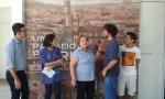 Parte da equipe do Núcleo, com a Profa. Margarida de Souza Neves ao centro, em frente à entrada da exposição.